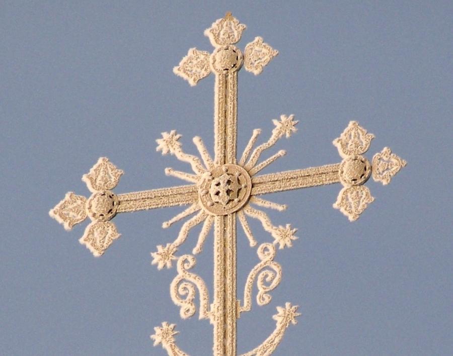 Крест на куполе Ахтырского храма. Иней