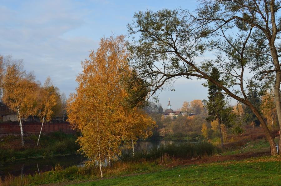 Осенний пейзаж с киновией.